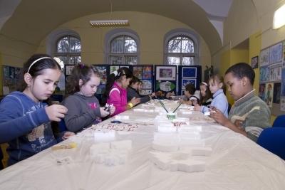 Deti v Trnave vyrobili Vianocne ozdoby z polystyrenu