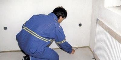 Odrezanie prečnievajúcej pásky na podlahe