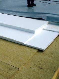 Postup vytvorenia ľahkej požiarne odolnej plochej strechy 28