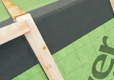 Prelepenie izolovaného spoja hrebeňa strechy páskou VARIO