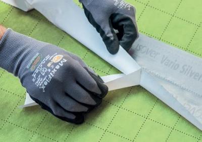 Lepenie spojov izolačných dosiek páskou ISOVER SILVERTAPE.