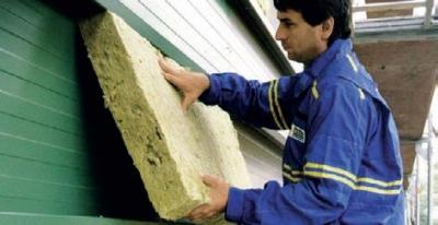 Vkladanie izolacie do odvetranej fasady