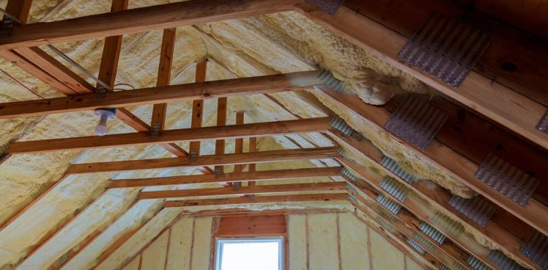 Porovnanie vlastnosti PUR striekanej peny vs. mineralnej izolacie pri zatepleni strechy