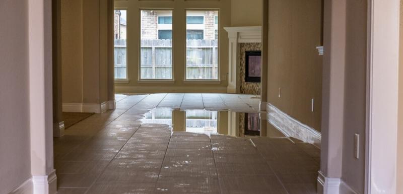 Zaplavena zavlhnuta izolacia podlahy a fasady