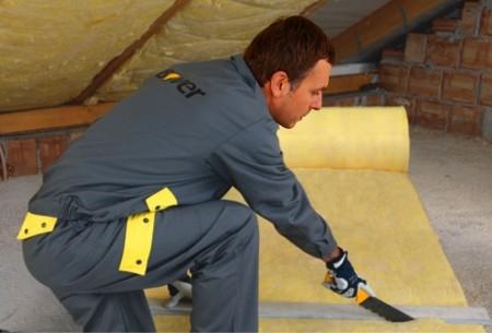 Narezanie sklennej vaty na zateplenie strechy