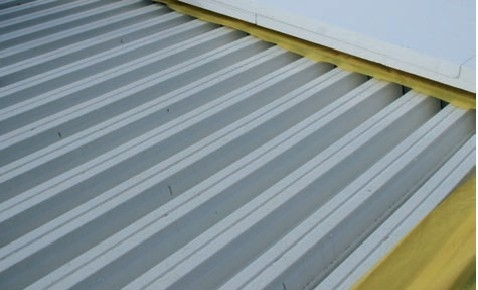 Umiestenenie konstrukcii na plochej streche