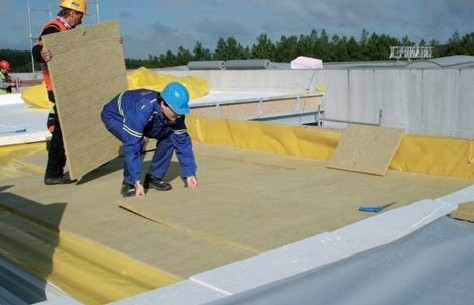 Umiestnenie izolacnych dosiek pre vytvorenie poziarne odolnej plochej strechy