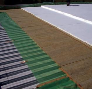 Polozenie protipoziarnej deliacej vrstvy na plochu strechu