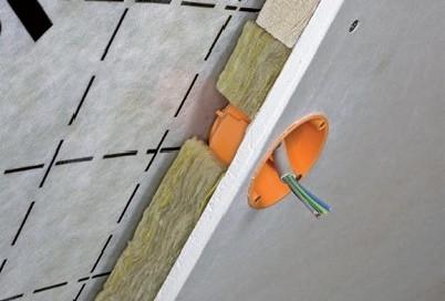 Instalacna rovina pre kabelaz pri izolacii sikmej strechy