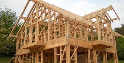 Konstrukcia drevodomu so stenami z drevenych stlpikov