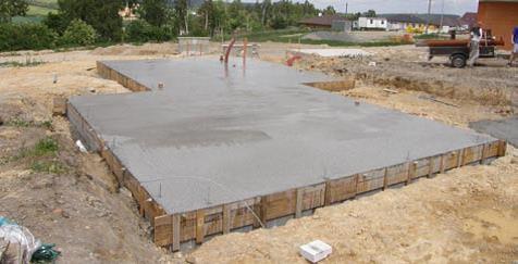 Zalozenie betonovej zakladovej dosky pre stavbu drevodomu
