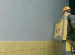 Lepenie izolacných dosiek na obvodovu stenu domu